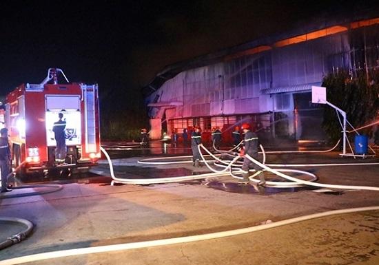 Bình Dương: Cháy công ty nệm mút rộng hơn 5.000m2, nhiều tài sản bị thiêu rụi - Ảnh 1
