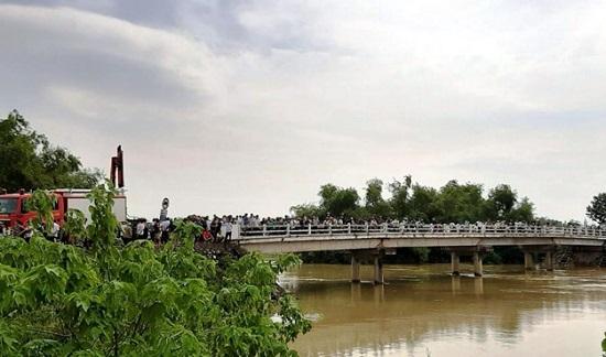 Vụ xe taxi lao xuống sông Cầu Chày: Đã tìm thấy thi thể tài xế - Ảnh 1