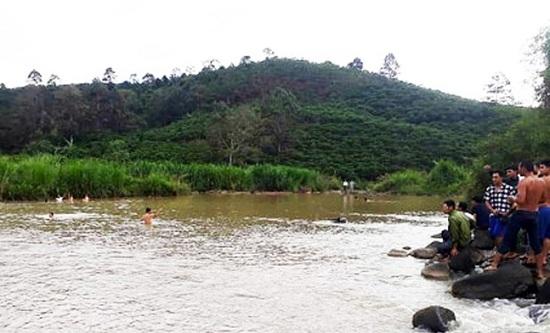 Lâm Đồng: Ba mẹ đi làm rẫy, 2 chị em ruột ở nhà tắm ao, đuối nước thương tâm - Ảnh 1