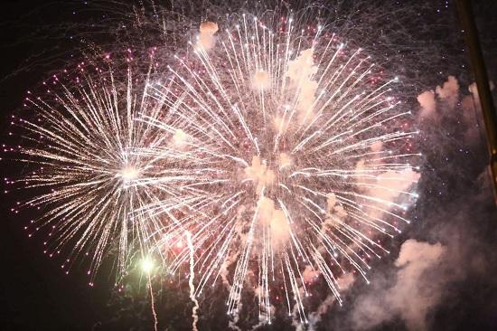Cả nước tưng bừng đón năm mới 2020 với những màn bắn pháo hoa mãn nhãn - Ảnh 5