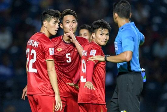 """Hành động """"không đẹp"""" của tiền vệ U23 Việt Nam với trọng tài Taqi trong trận ra quân gặp U23 UAE - Ảnh 3"""