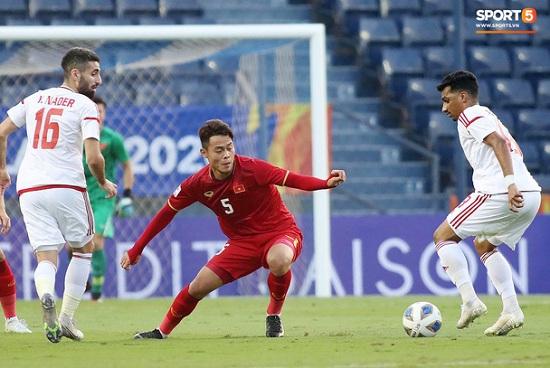 """Hành động """"không đẹp"""" của tiền vệ U23 Việt Nam với trọng tài Taqi trong trận ra quân gặp U23 UAE - Ảnh 5"""