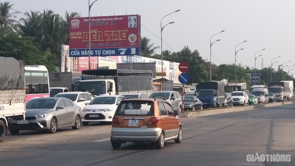 Kẹt xe kéo dài hơn 10km từ TP. Bến Tre đến cầu Rạch Miễu chiều 25 Tết - Ảnh 3