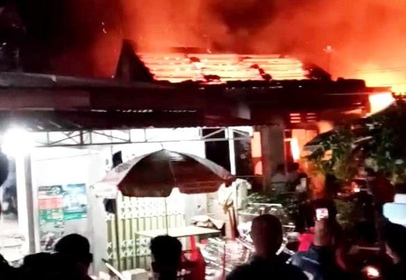 Tin tức thời sự mới nóng nhất hôm nay 21/1/2020: Tiệm tạp hóa cháy lớn trong đêm, thiệt hại hàng tỷ đồng - Ảnh 1
