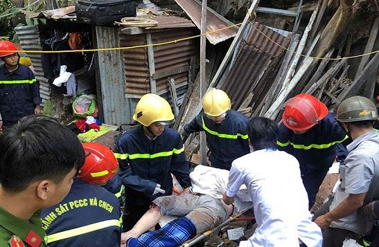 Khánh Hòa: Đang ngồi đốt vàng mã, 2 mẹ con bị đất đá đè đứt chân tay - Ảnh 1