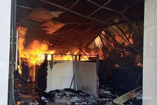Bình Dương: Xưởng nội thất bốc cháy dữ dội, khói đen ngút trời - Ảnh 1