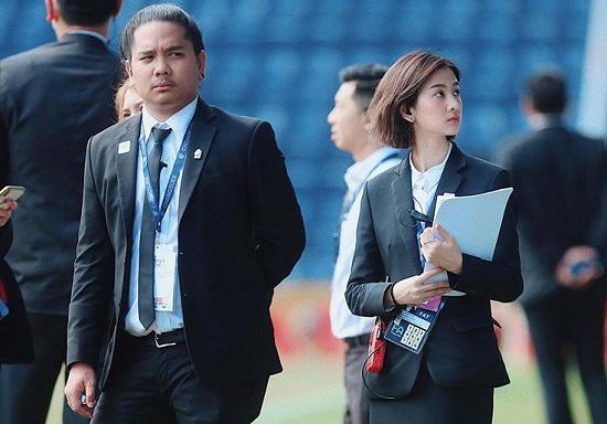 Nghiêng ngả trước nhan sắc của nữ điều phối viên đồng hành cùng U23 Việt Nam tại Thái Lan - Ảnh 1