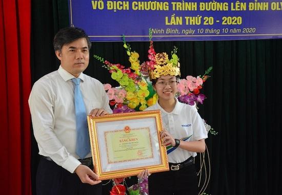 Quán quân Đường lên đỉnh Olympia Nguyễn Thị Thu Hằng nhận bằng khen của bộ GD&ĐT - Ảnh 1