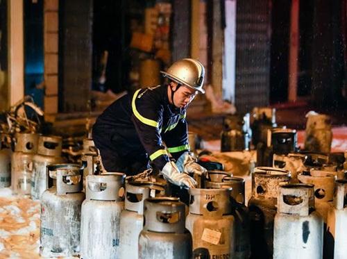 Hà Nội: Cửa hàng gas ở Đan Phượng bất ngờ cháy lớn, nhiều người lớn, trẻ em bị mắc kẹt - Ảnh 3