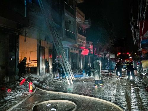 Hà Nội: Cửa hàng gas ở Đan Phượng bất ngờ cháy lớn, nhiều người lớn, trẻ em bị mắc kẹt - Ảnh 4