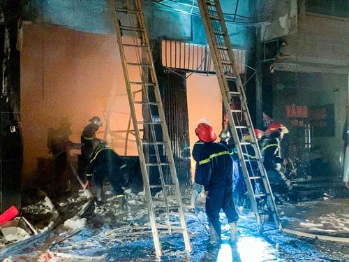 Hà Nội: Cửa hàng gas ở Đan Phượng bất ngờ cháy lớn, nhiều người lớn, trẻ em bị mắc kẹt - Ảnh 5