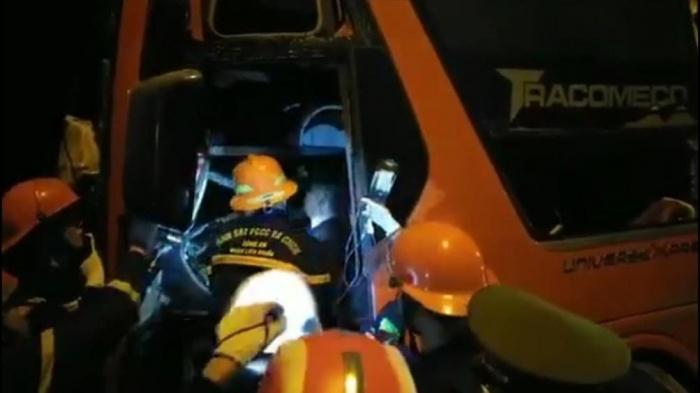 Tin tai nạn giao thông mới nhất ngày 16/10/2020: Xe khách đấu đầu xe đầu kéo trong đêm, 19 người thương vong - Ảnh 1