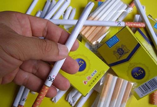 """Xuất hiện loại """"kẹo thuốc lá"""" bủa vây các cổng trường học - Ảnh 1"""
