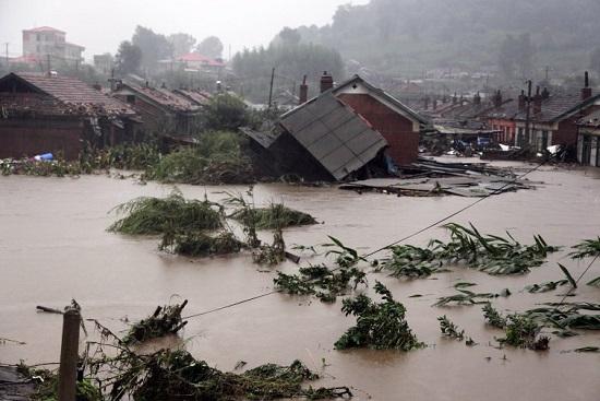 NHNN yêu cầu các ngân hàng xem xét miễn giảm lãi vay, hỗ trợ người dân bị thiệt hại do mưa lũ - Ảnh 1