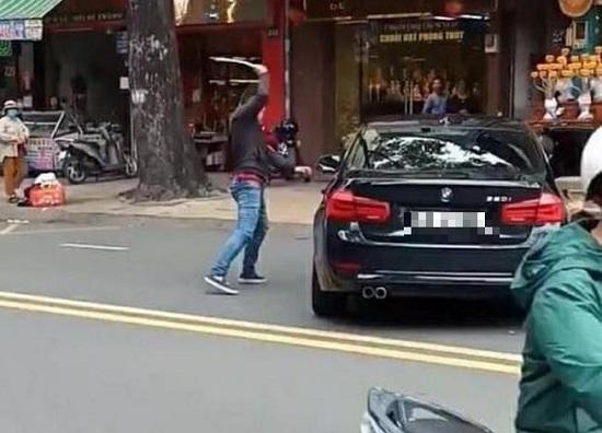 TP.HCM: Mâu thuẫn, nam thanh niên vác gậy sắt đập xe BMW giữa đường - Ảnh 1