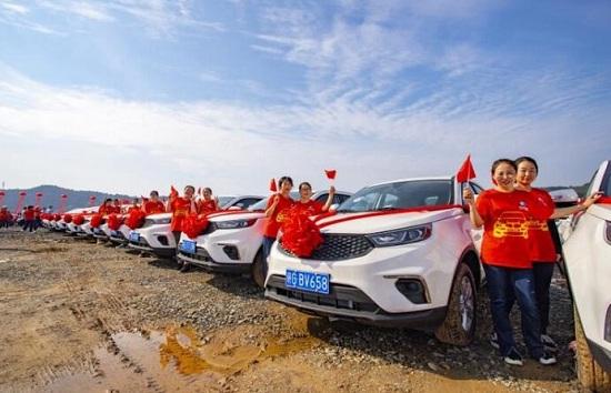 """Đại gia """"chịu chơi"""" tặng nhân viên hơn 4.000 chiếc ô tô mới cứng - Ảnh 1"""