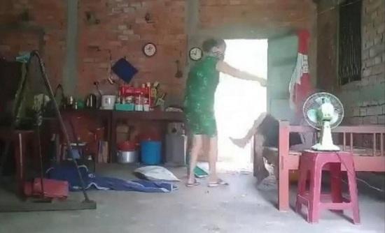 Truy tố người phụ nữ đánh đập, đổ chất thải lên người mẹ già ở Long An - Ảnh 1