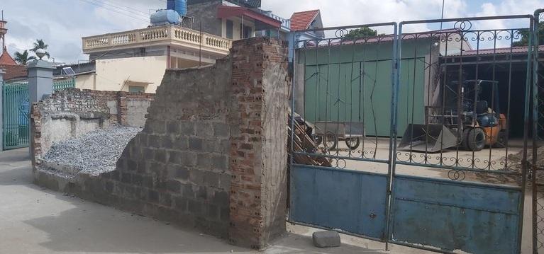 Vụ tường bao đổ sập khiến nữ sinh lớp 6 tử vong: Triệu tập con trai chủ nhà - Ảnh 1