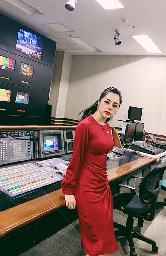 Vóc dáng nóng bỏng của nữ MC VTV vừa công khai hẹn hò Huỳnh Anh - Ảnh 4