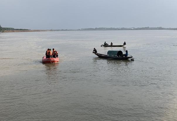Nghệ An: Tích cực tìm kiếm nam thanh niên nghi nhảy cầu tự vẫn ở sông Lam - Ảnh 1
