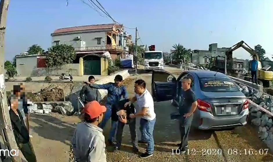 Điều tra vụ chủ xe khách trình báo bị nhóm côn đồ hành hung đến nhập viện - Ảnh 1