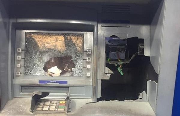 """Rút tiền bị """"nuốt thẻ"""", người đàn ông vác búa đập phá cây ATM - Ảnh 1"""