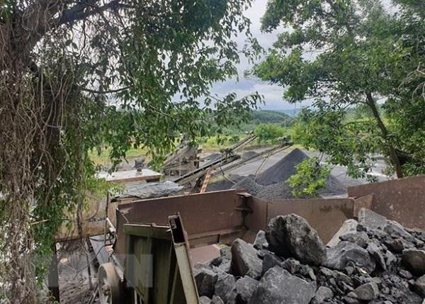 Giấy phép hết hạn vẫn không đóng cửa mỏ, 2 doanh nghiệp bị phạt hơn trăm triệu đồng - Ảnh 1