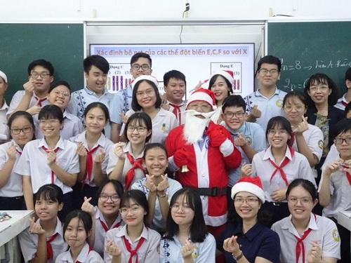 """Thầy giáo """"nhà người ta"""": Hóa trang thành ông già Noel, phát quà là iPhone 12 """"không hề giả trân"""" - Ảnh 1"""
