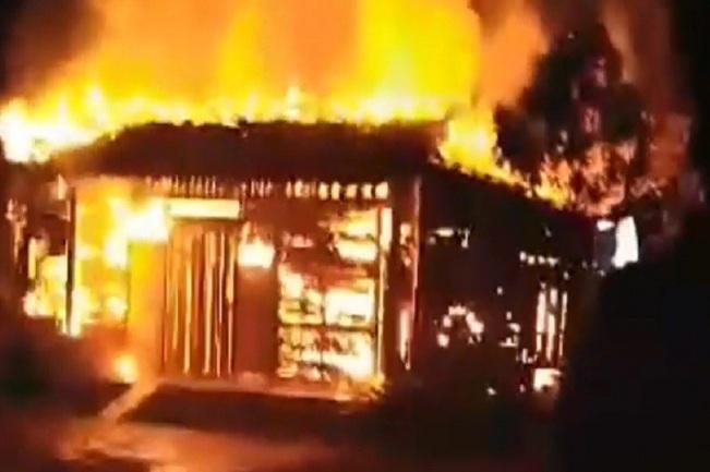 Chồng đốt bình xăng xe máy, vợ may mắn thoát chết khỏi biển lửa - Ảnh 1