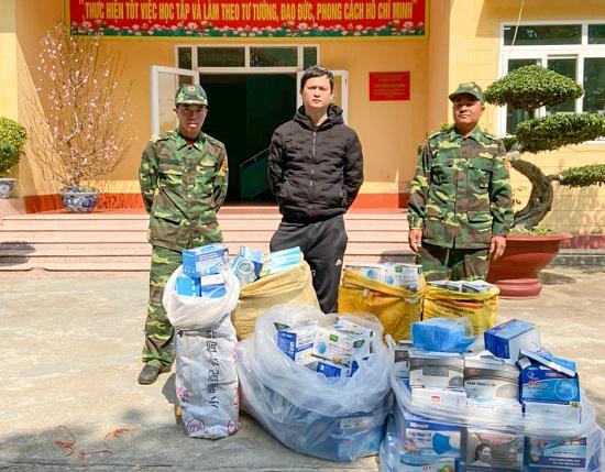 Tóm gọn đối tượng vận chuyển gần 9000 khẩu trang y tế vượt biên sang Trung Quốc bán kiếm lời - Ảnh 1