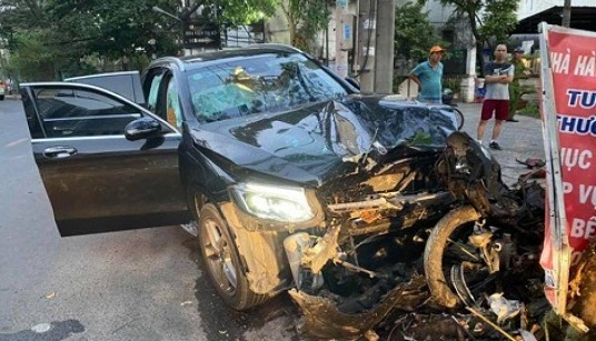 Vụ Mercedes tông GrabBike chở nữ tiếp viên hàng không: Tài xế xe ô tô bị khởi tố - Ảnh 1