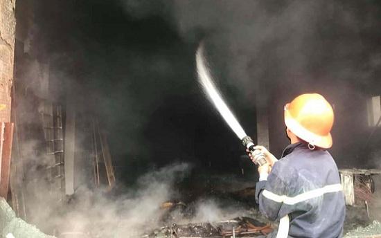 Nghệ An: Cháy lớn tại cửa hàng kinh doanh nội thất, thiêu rụi nhiều hàng hóa giá trị - Ảnh 1