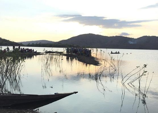 Tích cực tìm kiếm nam sinh mất tích trong vụ lật xuồng ở hồ sông Móng - Ảnh 1