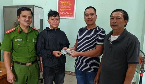 Nam Việt kiều Mỹ trả lại chiếc ví nhặt được cho người đánh mất - Ảnh 1