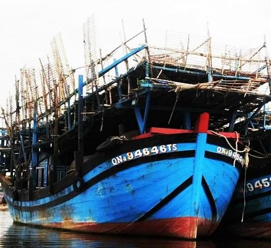 Đang đánh bắt hải sản, tàu câu mực chở 33 ngư dân bốc cháy dữ dội - Ảnh 1