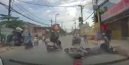TP.HCM: Truy bắt nhóm cướp dùng bình xịt hơi cay tấn công người đi đường - Ảnh 1
