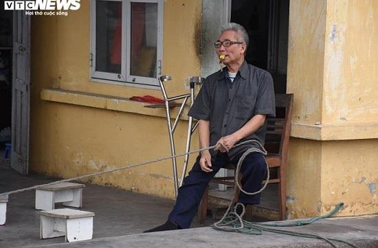 """Hải Phòng: Vợ chồng ông lão khuyết tật 10 năm làm """"barie sống"""" tại """"ngã tư tử thần"""" - Ảnh 1"""