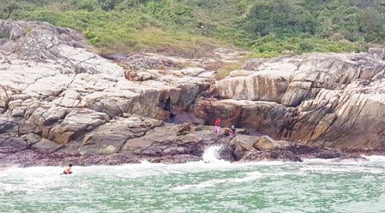 Hà Tĩnh: Đi cào rong biển, người phụ nữ sẩy chân, rơi xuống biển tử vong - Ảnh 1