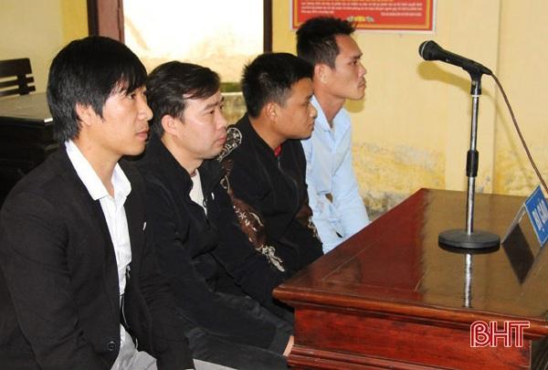 Say sưa sát phạt trên chiếu bạc, 4 người đàn ông bị phạt tù - Ảnh 1