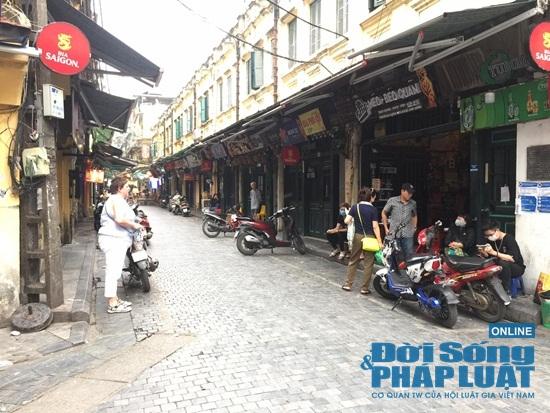Hà Nội: Phố phường vắng lặng, nhiều cửa hàng, quán xá tạm đóng cửa trong mùa dịch Covid-19 - Ảnh 10