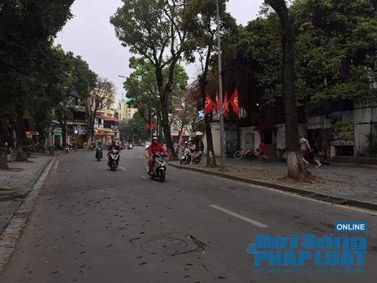 Hà Nội: Phố phường vắng lặng, nhiều cửa hàng, quán xá tạm đóng cửa trong mùa dịch Covid-19 - Ảnh 12