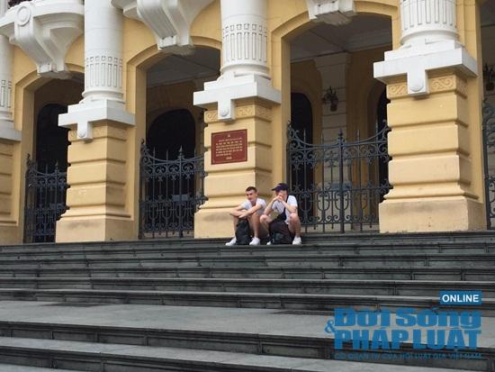 Hà Nội: Phố phường vắng lặng, nhiều cửa hàng, quán xá tạm đóng cửa trong mùa dịch Covid-19 - Ảnh 15