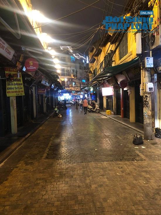 Hà Nội: Phố phường vắng lặng, nhiều cửa hàng, quán xá tạm đóng cửa trong mùa dịch Covid-19 - Ảnh 16