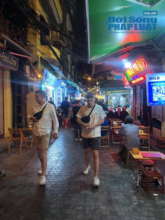 Hà Nội: Phố phường vắng lặng, nhiều cửa hàng, quán xá tạm đóng cửa trong mùa dịch Covid-19 - Ảnh 17