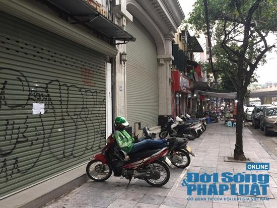 Hà Nội: Phố phường vắng lặng, nhiều cửa hàng, quán xá tạm đóng cửa trong mùa dịch Covid-19 - Ảnh 5