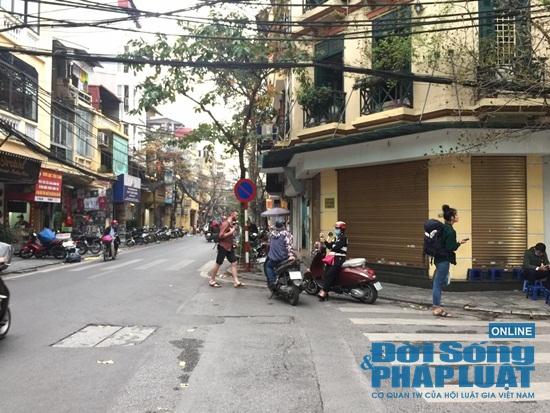 Hà Nội: Phố phường vắng lặng, nhiều cửa hàng, quán xá tạm đóng cửa trong mùa dịch Covid-19 - Ảnh 6