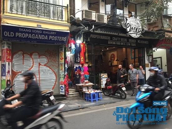 Hà Nội: Phố phường vắng lặng, nhiều cửa hàng, quán xá tạm đóng cửa trong mùa dịch Covid-19 - Ảnh 7