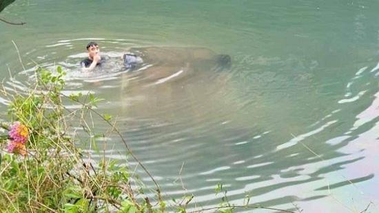 Tin tai nạn giao thông mới nhất ngày 17/3/2020: Ô tô lao xuống sông, nữ tài xế tử vong trên ghế lái - Ảnh 1