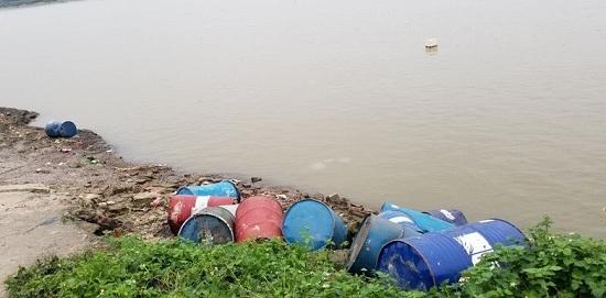 Hà Nội: Trích xuất camera, điều tra vụ hàng chục thùng phuy nghi chứa hóa chất đổ trộm xuống sông Hồng - Ảnh 1