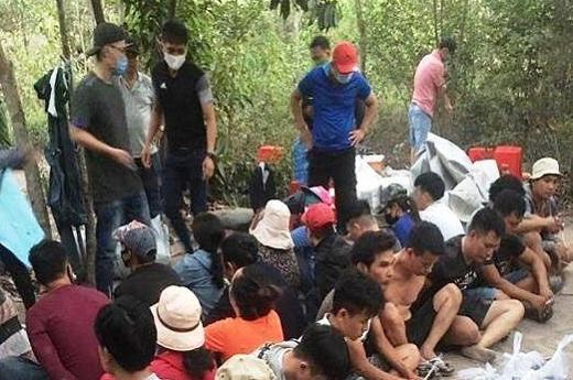 """Đồng Nai: Đột kích sòng bạc giữa rừng tràm, bắt nóng trùm cờ bạc Tình """"số"""" - Ảnh 1"""